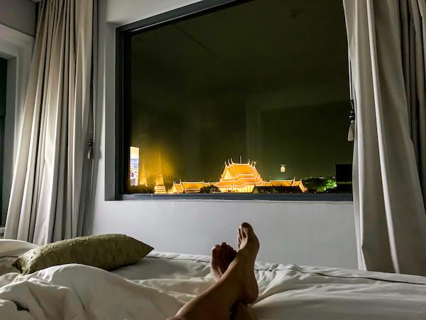 リヴァ アルン バンコク (Riva Arun Bangkok)のベッドルームから見えるライトアップされたワットプラケオ1
