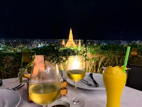 リヴァ アルン バンコク (Riva Arun Bangkok)の屋上レストランで飲んだワイン