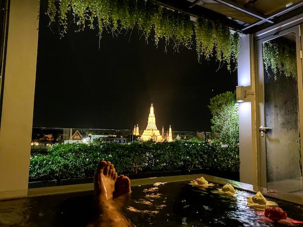 リヴァ アルン バンコク (Riva Arun Bangkok)のジャグジー風呂から望めるライトアップされたワットアルン