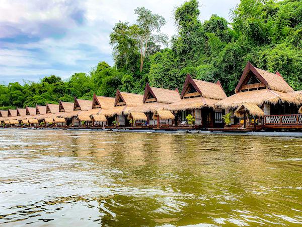 クウェー川から見たザ フロートハウス リバークワイ リゾート(The Float House River Kwai Resort)