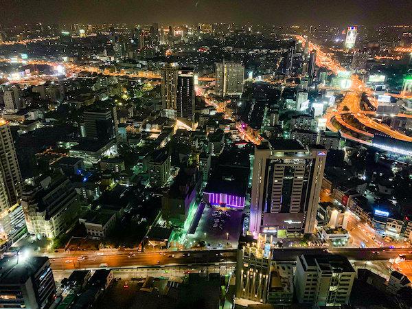 バイヨークスカイホテル(Baiyoke Sky Hotel)の客室から見える午後8時頃の夜景