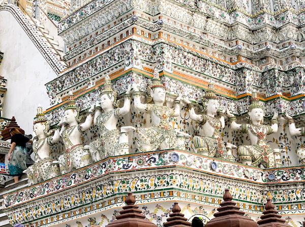 ワットアルンの大仏塔を支える神々