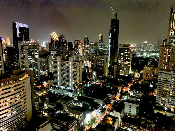 グランデセンターポイントホテルターミナル21(Grande Centre Point Hotel Terminal 21)の客室から見える夜景