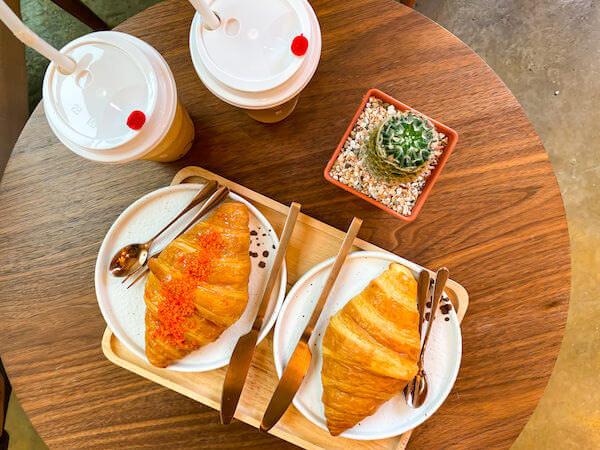 もみじ(Momiji Specialty Coffee)でオーダーしたクロワッサンとコーヒー