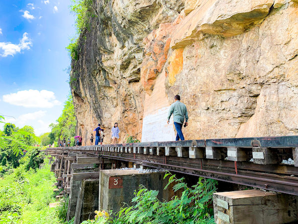 アルヒル桟道橋を散策している観光客達