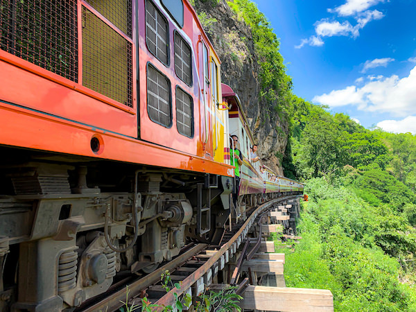 アルヒル桟道橋を通過する列車2
