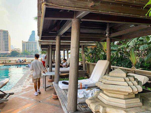 ザ ペニンシュラ バンコク(The Peninsula Bangkok)プールサイドの家屋風ビーチチェア