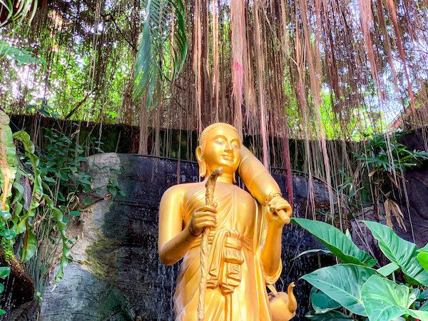 ワットサケットの階段に安置されている仏像