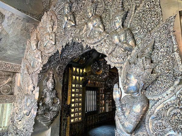 【銀の寺】ワット・シー・スパン(Wat Sri Suphan)の仏堂入り口