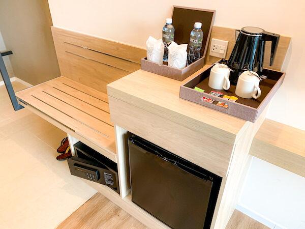 ホテル アンバーパタヤ(Hotel Amber Pattaya)客室の冷蔵庫とバゲージラック