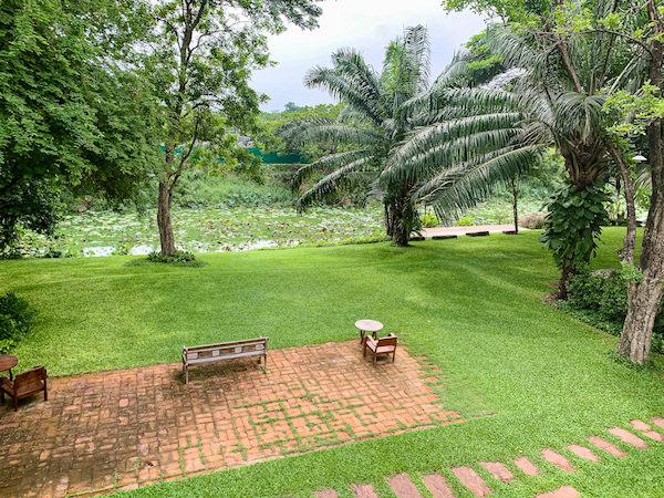バーン ティエ ワン ホテル(Baan Tye Wang Hotel)の客室から見える中庭2