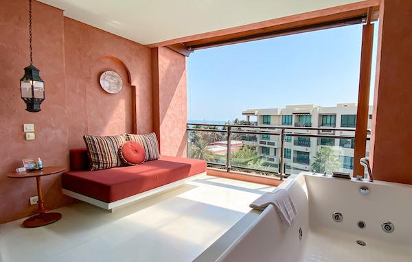 マラケシュホアヒン リゾート アンド スパ(Marrakesh Hua Hin Resort and Spa)の客室バルコニーに完備されているジェットバス