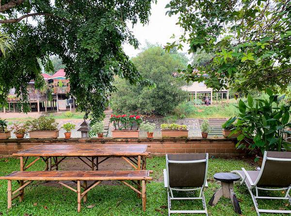 プタール レジデンス(Phuttal Residence)の中庭にある椅子とテーブル