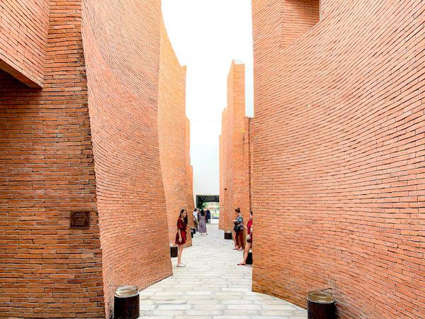 サラ アユタヤ(sala ayutthaya)内の遺跡風通路1
