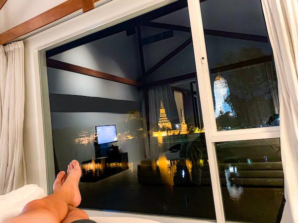 サラ アユタヤ(sala ayutthaya)のベッドルームから見えるライトアップされた遺跡