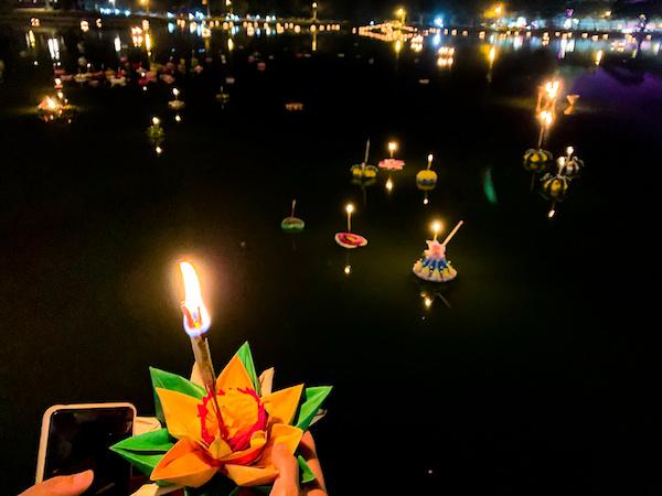 灯篭を川に流す様子