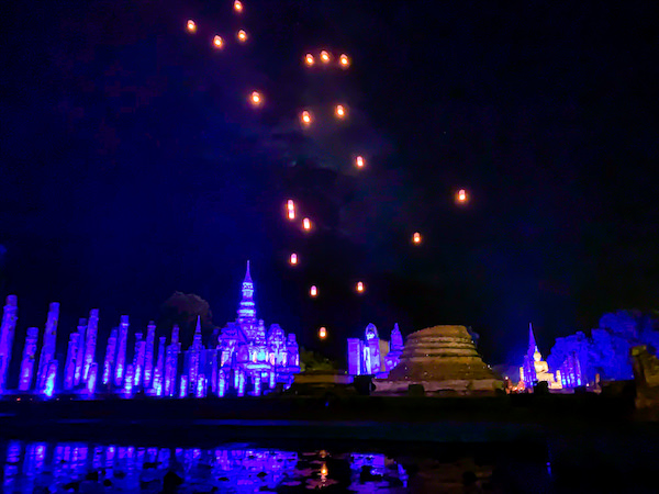 スコータイ・ロイクラトンフェスティバルの光と音のミュージカルショー1