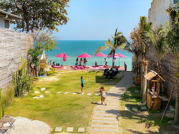 トップ・シークレット・ビーチ・カフェ(Top Seacret Beach Cafe)の中庭