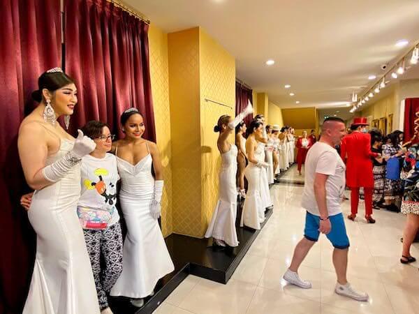 アジアティーク ザ リバーフロントのカリプソキャバレーニューハーフショー後の記念撮影