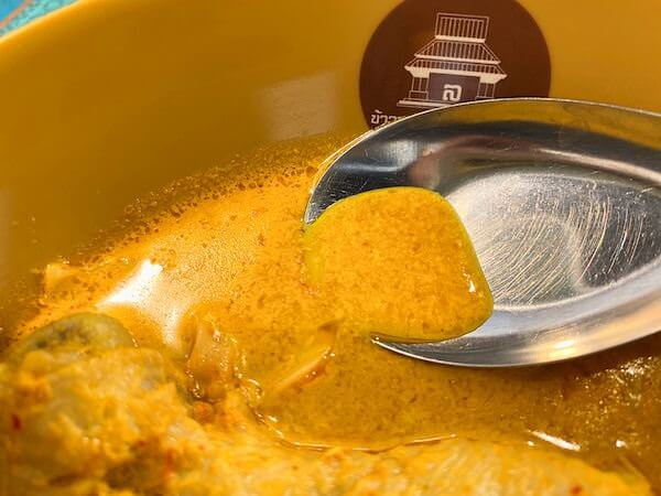 BTSバンジャーク目の前にあるカオソーイ・ラムドゥアン・ファーハームで食べたカオソーイのスープ