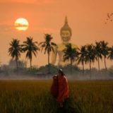ワットムアンはタイ最大級の仏像がある寺院。鏡張りの礼拝堂と地獄エリアも見応えあり。