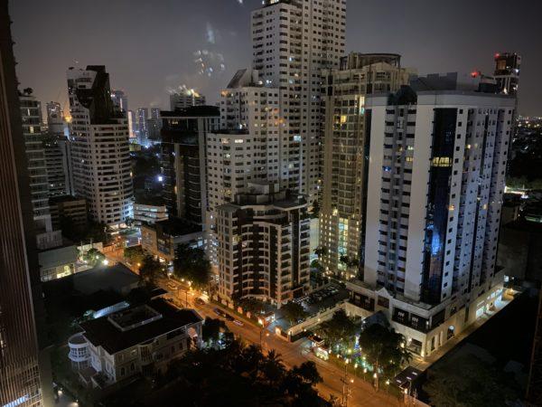 バンコク マリオットホテル スクンビット(Bangkok Marriott Hotel Sukhumvit)のバスルームから見える夜景