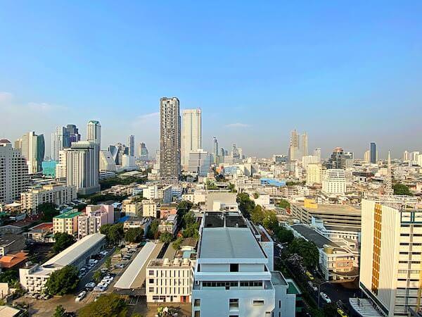 フラマ シーロム バンコク(Furama Silom Hotel Bangkok)のプールから見える景色
