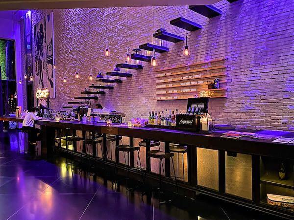 プルマン バンコク ホテル G(Pullman Bangkok Hotel G)のレセプションロビーにあるバー
