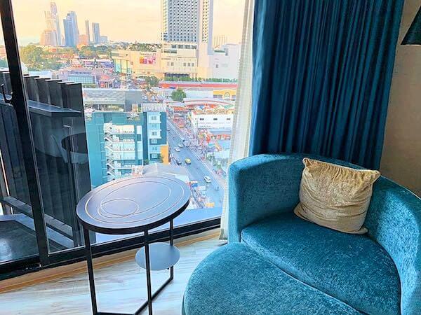 サイアム アット サイアム デザイン ホテル パタヤ(Siam @ Siam Design Hotel Pattaya)の客室にあるソファー