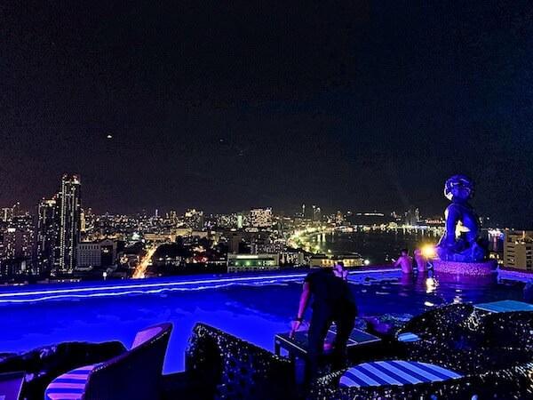 サイアム アット サイアム デザイン ホテル パタヤ(Siam @ Siam Design Hotel Pattaya)の夜の屋上プール