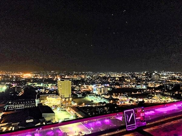 サイアム アット サイアム デザイン ホテル パタヤ(Siam @ Siam Design Hotel Pattaya)の屋上プールから見える夜景