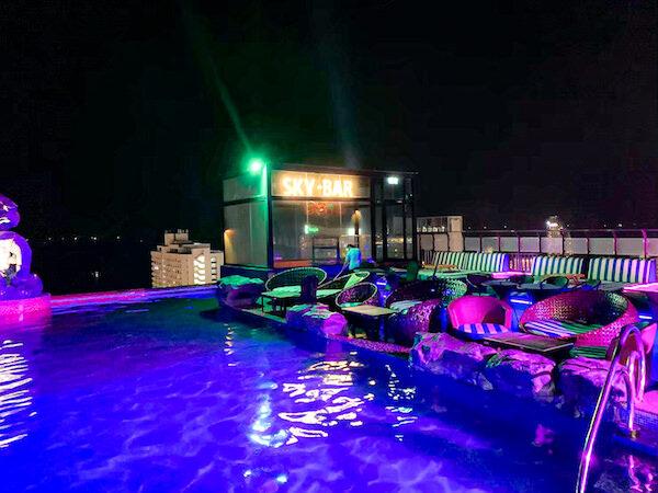 サイアム アット サイアム デザイン ホテル パタヤ(Siam @ Siam Design Hotel Pattaya)の屋上プール(夜)2