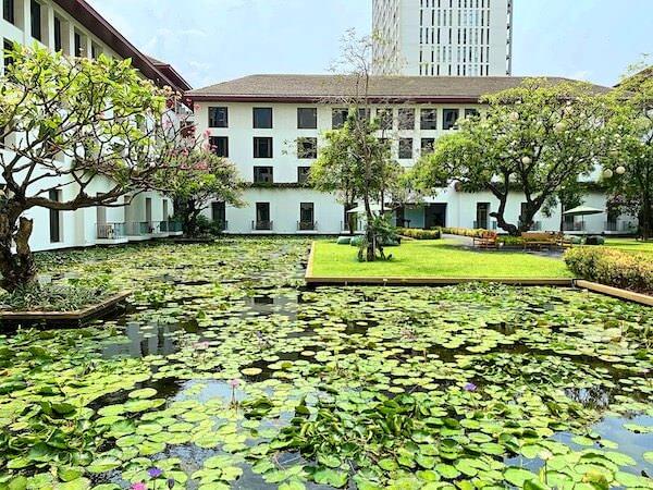 ザ スコータイ バンコク(The Sukhothai Bangkok)の中庭にある蓮池