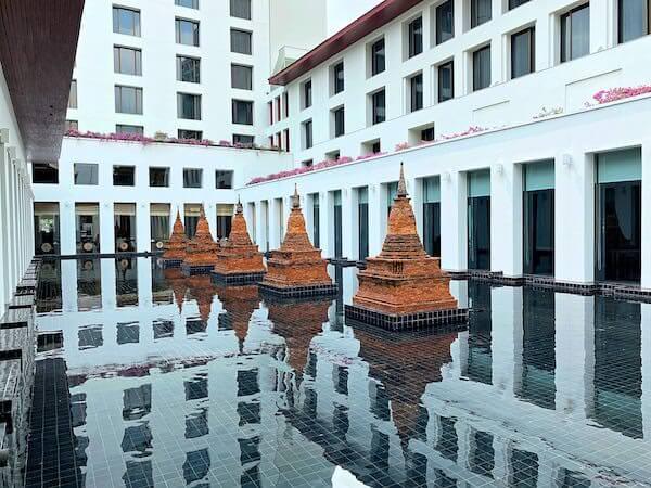 ザ スコータイ バンコク(The Sukhothai Bangkok)のホテル敷地内にある仏塔の調度品