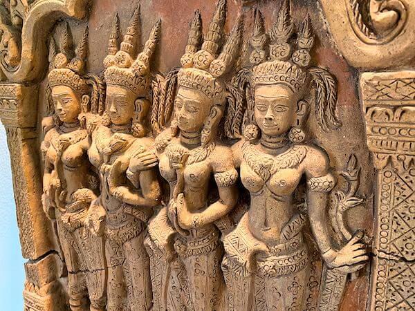ザ スコータイ バンコク(The Sukhothai Bangkok)のホテル内にある遺跡レリーフの調度品