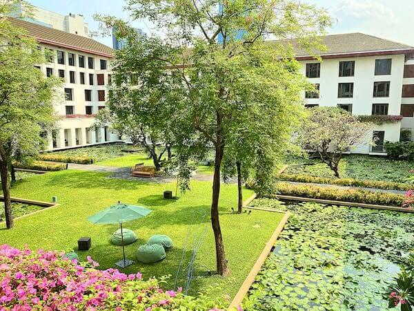 ザ スコータイ バンコク(The Sukhothai Bangkok)の客室から見える中庭