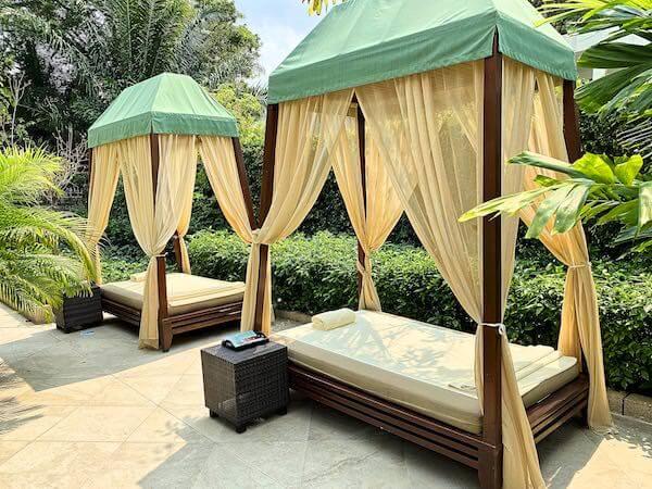 ザ スコータイ バンコク(The Sukhothai Bangkok)のプールサイドにあるベッド