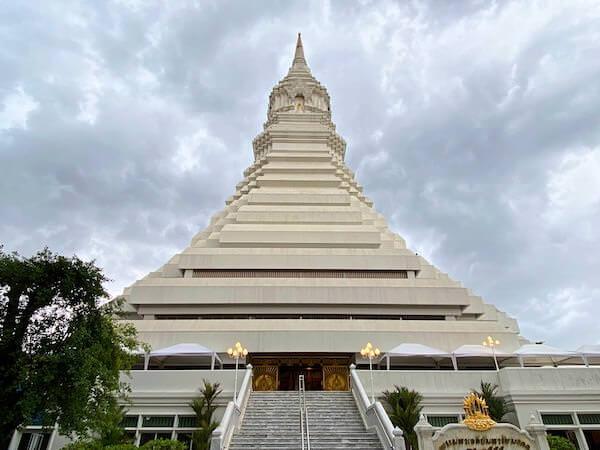下から見たワットパクナムの大仏塔