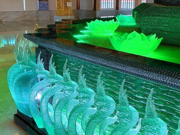 ワットパクナム仏塔を支えるナーガの彫刻1