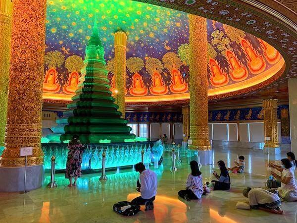 ワットパクナムの仏舎利塔とお祈りするタイ人達