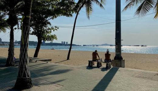 コロナによる非常事態宣言下のパタヤの様子。まだビーチロードにはポツポツと人がいる。