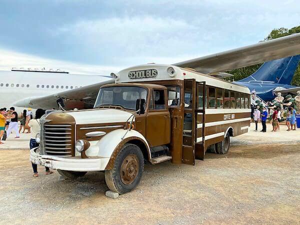 コーヒー ウォー 331ステーションに展示されている米軍のビンテージスクールバス
