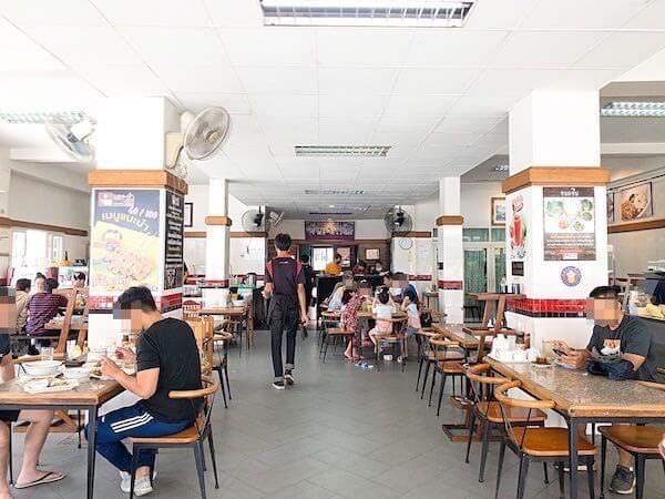 デンダム レストラン パタヤ(Daeng Dam / แดง-ดำ)の店内