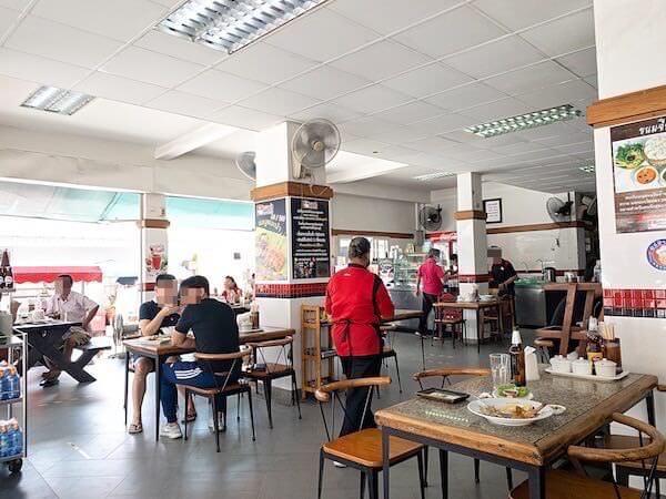 デンダム レストラン パタヤ(Daeng Dam / แดง-ดำ)の店内2