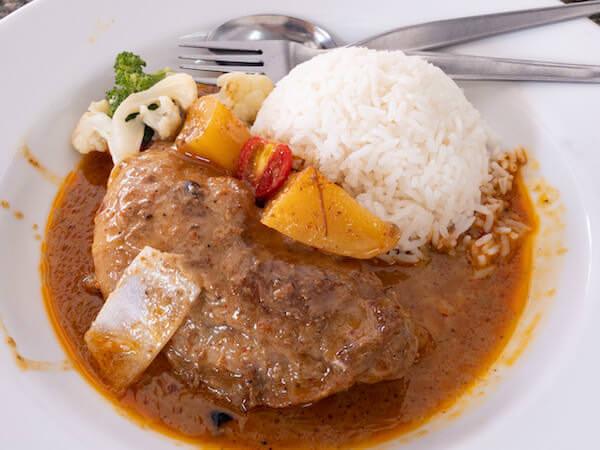 デンダム レストラン パタヤ(Daeng Dam / แดง-ดำ)で食べたマッサマンカレー1