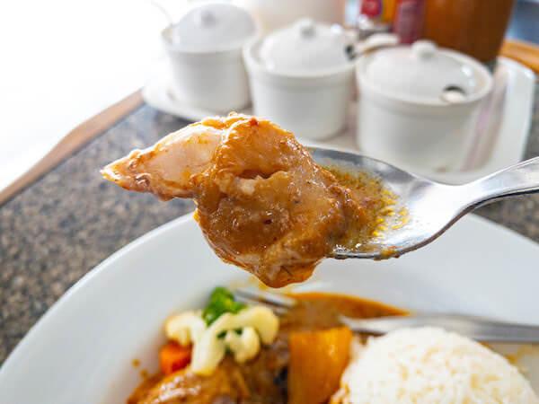 デンダム レストラン パタヤ(Daeng Dam / แดง-ดำ)で食べたマッサマンカレーの鶏肉
