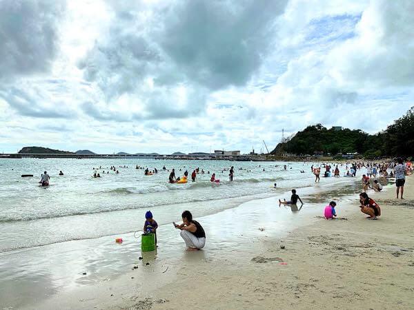 ナンラムビーチで遊ぶタイ人の海水浴客達
