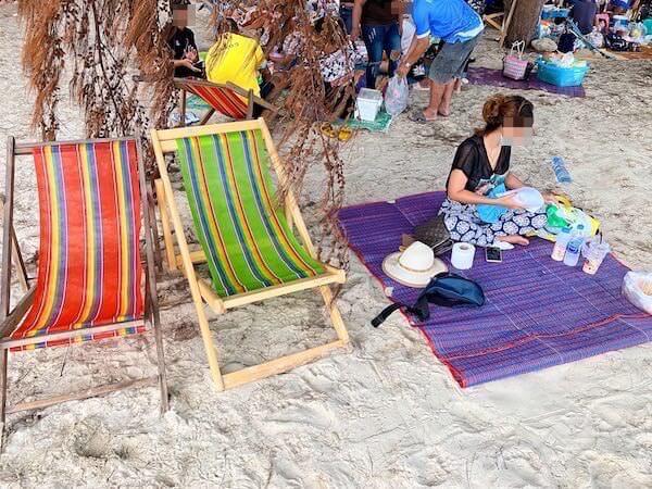ナンラムビーチの砂浜でゴザを敷いて寛ぐタイ人