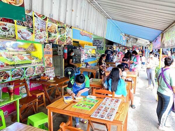 ナンラムビーチ沿いに並ぶ飲食店
