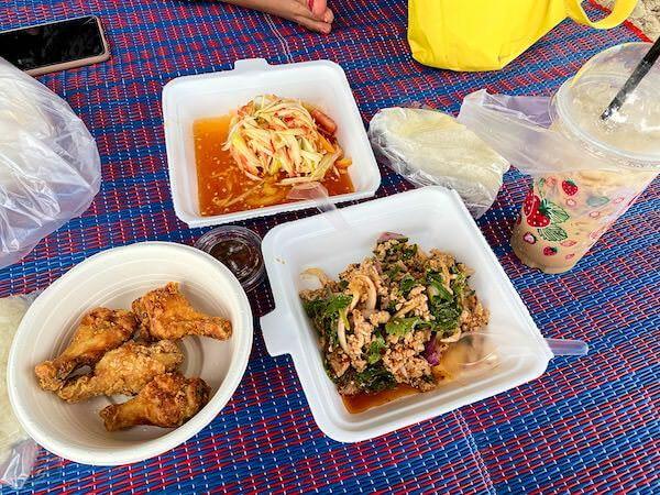 ナンラムビーチ沿いに並ぶ飲食店で注文した料理